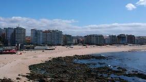 Εναέριος πυροβολισμός της παραλίας Povoa de Varzim, Πορτογαλία με τον ωκεανό στο δικαίωμα απόθεμα βίντεο