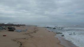 Εναέριος πυροβολισμός της παραλίας Povoa de Varzim, Πορτογαλία μια ομιχλώδη ημέρα φιλμ μικρού μήκους