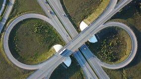 Εναέριος πυροβολισμός της σύνδεσης εθνικών οδών με τη τοπ άποψη αυτοκινήτων υπό μορφή σημαδιού του απείρου φιλμ μικρού μήκους