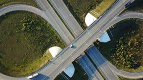 Εναέριος πυροβολισμός της σύνδεσης εθνικών οδών με τη τοπ άποψη αυτοκινήτων υπό μορφή σημαδιού του απείρου απόθεμα βίντεο
