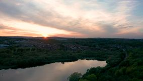 Εναέριος πυροβολισμός της φωτεινής ρόδινης απεικόνισης ουρανού ηλιοβασιλέματος των λιμνών στο Σέφιλντ απόθεμα βίντεο