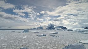 Εναέριος πυροβολισμός του ανταρκτικού ωκεανού Γρήγορα κινούμενα σύννεφα απόθεμα βίντεο
