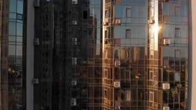 Εναέριος πυροβολισμός του ουρανοξύστη σύγχρονου σχεδίου με τα παράθυρα γυαλιού mirrow υπαίθρια Σύγχρονη πρόσοψη γυαλιού πολυκατοι απόθεμα βίντεο