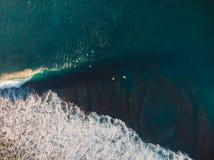 Εναέριος πυροβολισμός του σερφ Surfers στον τροπικό ωκεανό στοκ εικόνες με δικαίωμα ελεύθερης χρήσης