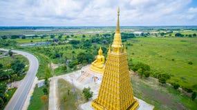 Εναέριος πυροβολισμός: Το μεγάλο χρυσό άγαλμα του Βούδα στοκ φωτογραφίες με δικαίωμα ελεύθερης χρήσης