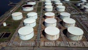Εναέριος πυροβολισμός των δεξαμενών πετρελαίου απόθεμα βίντεο