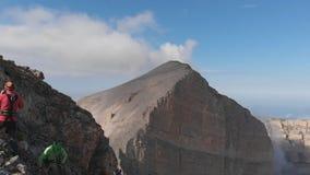 Εναέριος πυροβολισμός των ορειβατών βουνών πάνω από ένα βουνό, σε αργή κίνηση απόθεμα βίντεο