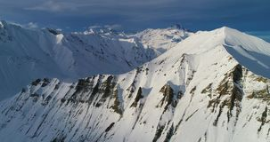 Εναέριος πυροβολισμός Imazing της χιονώδους βουνοπλαγιάς στα της Γεωργίας βουνά Σε αργή κίνηση βίντεο κηφήνων απόθεμα βίντεο