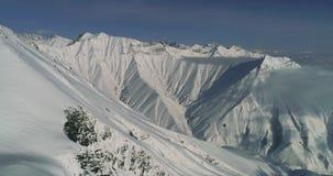 Εναέριος πυροβολισμός Imazing των χειμερινών βουνών Gudauri στη Γεωργία Χιονώδεις κλίσεις από τον κηφήνα απόθεμα βίντεο