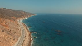 Εναέριος πυροβολισμός αύξησης πέρα από μια παραλία σε Malibu, Καλιφόρνια απόθεμα βίντεο