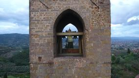 Εναέριος πυροβολισμός ενός μεσαιωνικού πύργου κουδουνιών στο λόφο σε μια μικρή πόλη στην Τοσκάνη, Ιταλία, 4K απόθεμα βίντεο
