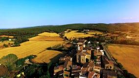 Εναέριος πυροβολισμός ενός μικρού παλαιού χωριού στην Ισπανία μια ηλιόλουστη ημέρα φιλμ μικρού μήκους