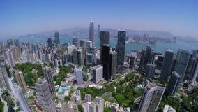 Εναέριος πυροβολισμός διαδρομής πόλεων Χονγκ Κονγκ Όμορφος σαφής μπλε ουρανός απόθεμα βίντεο