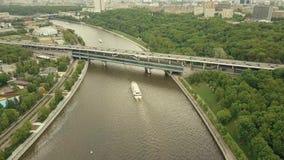 Εναέριος πυροβολισμός μεγάλου υψομέτρου των βαρκών γύρου ποταμών της Μόσχας, των αυτοκινήτων και της γέφυρας μετρό Στοκ Εικόνα