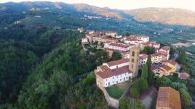 Εναέριος πυροβολισμός μιας μικρής πόλης στο λόφο στην Τοσκάνη, Ιταλία, 4K φιλμ μικρού μήκους
