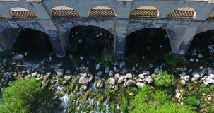 Εναέριος πυροβολισμός μικρού, χωριό, πάρκο, γέφυρα φέουδων φιλμ μικρού μήκους