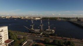 Εναέριος πυροβολισμός της Άγιος-Πετρούπολης με την άποψη σχετικά με το σκάφος και τον ποταμό Neva Blagodat απόθεμα βίντεο