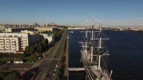 Εναέριος πυροβολισμός της Άγιος-Πετρούπολης με την άποψη σχετικά με το σκάφος και τον ποταμό Neva Blagodat φιλμ μικρού μήκους