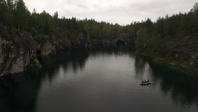 Εναέριος πυροβολισμός της λίμνης πάρκων μεταλλείας Ruskeala φιλμ μικρού μήκους
