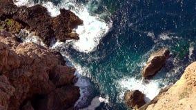 Εναέριος πυροβολισμός της γραμμής απότομων βράχων με το βαθιά μπλε νερό της Μεσογείου απόθεμα βίντεο
