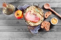 Εναέριος πυροβολισμός της καπνισμένης μπριζόλας χοιρινού κρέατος στη φυτική σαλάτα Στοκ Φωτογραφίες