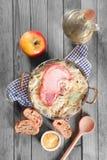 Εναέριος πυροβολισμός της καπνισμένης μπριζόλας χοιρινού κρέατος στη σαλάτα Veggies Στοκ εικόνες με δικαίωμα ελεύθερης χρήσης