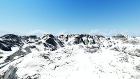 Εναέριος πυροβολισμός της χιονώδους αιχμής βουνών φιλμ μικρού μήκους