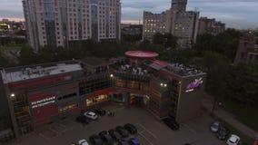 Εναέριος πυροβολισμός του εστιατορίου του Μπαλί στην Άγιος-Πετρούπολη στο βράδυ απόθεμα βίντεο