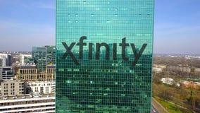 Εναέριος πυροβολισμός του ουρανοξύστη γραφείων με το λογότυπο Xfinity χτίζοντας σύγχρονο γραφ&epsilo Εκδοτικός τρισδιάστατος συνδ