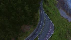 Εναέριος πυροβολισμός του δρόμου βουνών φιλμ μικρού μήκους