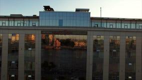 Εναέριος πυροβολισμός του σύγχρονου κτηρίου με το πεζούλι στη στέγη απόθεμα βίντεο