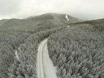 Εναέριος πυροβολισμός του χιονισμένου δρόμου στα Καρπάθια βουνά επαρχίας Στοκ φωτογραφία με δικαίωμα ελεύθερης χρήσης