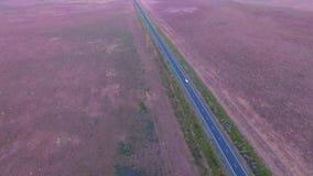 Εναέριος δρόμος εθνικών οδών άποψης στο ημιρυμουλκούμενο όχημα σούρουπου φιλμ μικρού μήκους