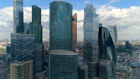 Εναέριος στενός επάνω από ένα copter των ουρανοξυστών πόλεων απόθεμα βίντεο