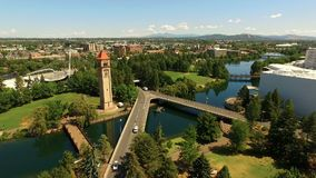 Εναέριος στο κέντρο της πόλης Riverwalk άποψης δρόμος του Spokane που διασχίζει τον πύργο ρολογιών απόθεμα βίντεο