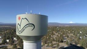 Εναέριος - στριμμένος πύργος νερού αγροκτημάτων ποταμών απόθεμα βίντεο