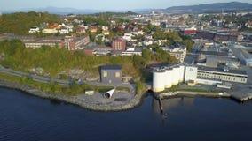 Εναέριος συλλάβετε της πόλης του Τρόντχαιμ, Νορβηγία - ηλιόλουστη θερινή ημέρα, που αρχίζει τη μετακίνηση από το φιορδ στην πόλη, απόθεμα βίντεο