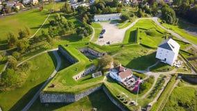 Εναέριος συλλάβετε του αρχαίου φρουρίου στο Τρόντχαιμ, Νορβηγία - ηλιόλουστη θερινή ημέρα φιλμ μικρού μήκους