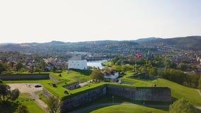 Εναέριος συλλάβετε του αρχαίου φρουρίου στο Τρόντχαιμ, Νορβηγία - ηλιόλουστη θερινή ημέρα απόθεμα βίντεο