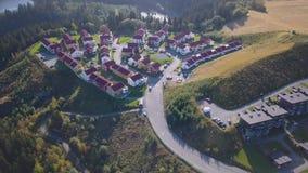Εναέριος συλλάβετε του φραγμού των σπιτιών στο Τρόντχαιμ, Νορβηγία - ηλιόλουστη θερινή ημέρα απόθεμα βίντεο
