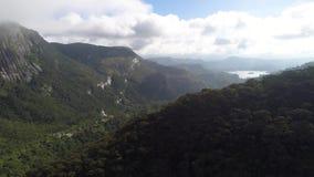 Εναέριος τηλεοπτικός πυροβολισμός των βουνών και η κοιλάδα της αιχμής του Adam ` s στη Σρι Λάνκα φιλμ μικρού μήκους