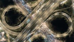 Εναέριος τοπ πυροβολισμός, οδός ταχείας κυκλοφορίας στη Μπανγκόκ, κυκλοφορία στην ανταλλαγή αυτοκινητόδρομων τη νύχτα υπερβολικό  απόθεμα βίντεο