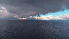 Εναέριος τρελλός ζωηρός ηλιόλουστος ουρανός που πετά επάνω από το Κόλπο της θάλασσας της Βαλτικής - όμορφο τοπίο τοπίων σύννεφων  απόθεμα βίντεο