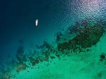 Εναέριος - υποθαλάσσιος σκόπελος με τη βάρκα Στοκ εικόνα με δικαίωμα ελεύθερης χρήσης