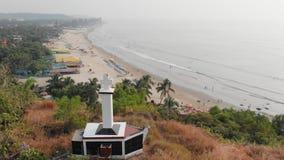 Εναέριος χριστιανικός σταυρός άποψης σε έναν λόφο σε Arambol, Ινδία απόθεμα βίντεο