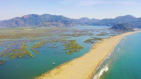 Εναέριος survay πέρα από τον ποταμό Dalyan Ο οβελός άμμου Iztuzu χωρίζει τον ποταμό και τη θάλασσα Βάρκα τουριστών που πλέει με τ απόθεμα βίντεο