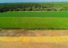 Εναέριο αμμοχάλικο άποψης που εξορύσσει από τον αέρα σε ένα κοίλωμα αμμοχάλικου στοκ φωτογραφία