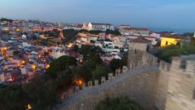 Εναέριο αρχαίο φρούριο μήκους σε πόδηα στη Λισσαβώνα στο ηλιοβασίλεμα απόθεμα βίντεο