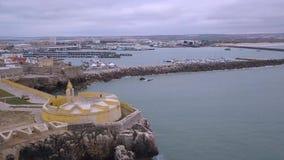 Εναέριο βίντεο άποψης κηφήνων στην κίνηση του ορίζοντα στον Ατλαντικό Ωκεανό και το οχυρό, Πορτογαλία φιλμ μικρού μήκους