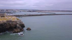 Εναέριο βίντεο άποψης κηφήνων στην κίνηση του ορίζοντα στον Ατλαντικό Ωκεανό και το οχυρό, Πορτογαλία απόθεμα βίντεο